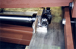 Hammer blow coupling helps drive the gate to closure.